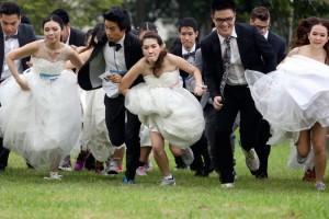 Megfuttatták a menyasszonyokat és a vőlegényeket